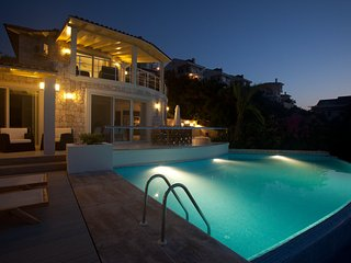 White Rock House - Stunning waterfront villa with infinity pool & sea access