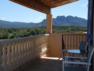 Terrasse avec vue sur le rocher de Roquebrune sur Argens