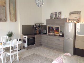 Full 2 bed house with additional studio in central pezenas