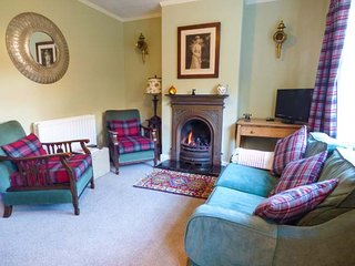 DEMETER COTTAGE, pet-friendly, patio with furniture, close to beach, Whitby, Ref