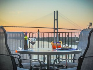 Stay Local in Savannah: Amazing Loft w/ parking and deck above River Street