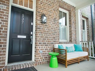 Stay Local in Savannah: Beautiful 2 bedroom walking distance to the River!