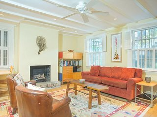 Cozy Garden Apartment with a Beautiful Courtyard Located on Jones Street