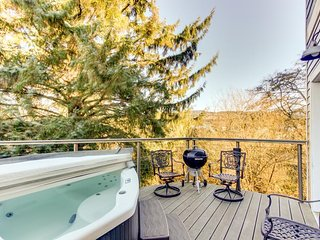 Stylish, waterfront home w/private hot tub - 5 blocks from the beach!, Seaside