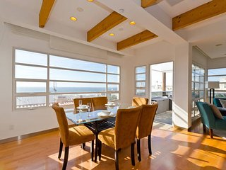 ULTRA-LUXURIOUS 3-Bedroom Home! Perfect Location & View - A Block from the Beach, Manhattan Beach