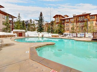 Stylish ski-in/ski-out condo w/ shared hot tub & pool + access to Club Solitude!