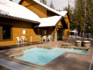 5 Mins from Ski Hill. Cozy Whitefish Condo. Indoor Pool. Hot Tub. Fireplace.