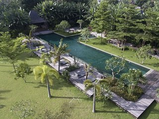 Serenity River Estate Villa, 9 bedrooms, feaute pool and gardens, chef, Canggu, Kerobokan