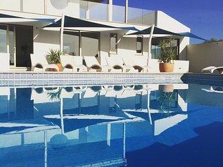 Oceano: Modern apartment ft. private garden & stunning views, Burgau