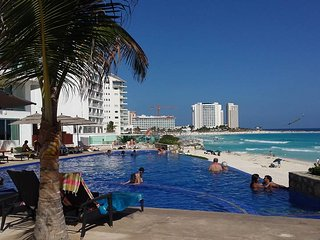 OCEAN DREAM CANCUN 1 BEDROOM BEACHFRONT CONDO: WIFI, KITCHEN,HIGH SECURITY, Cancun