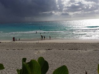 OCEAN DREAM CANCUN 1 BEDROOM BEACHFRONT CONDO: WIFI, KITCHEN,HIGH SECURITY, Cancún
