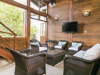 Spacious 4 Bedroom cabin  with  private beach and shared pool  in Barú, Isla Barú