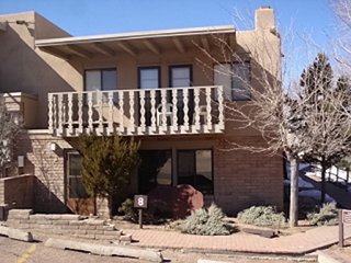 3 bedrooms Artist Retreat Walk to Plaza Close to Ski Community Indoor Pool, Santa Fe