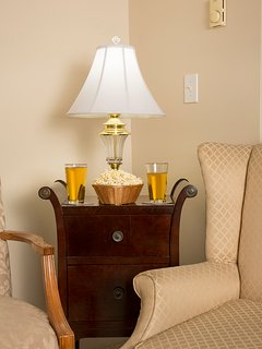 Lincoln Apartment - relax with beer and popcorn