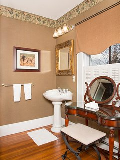 Roosevelt Luxury Suite - convenient vanity table and pedestal sink