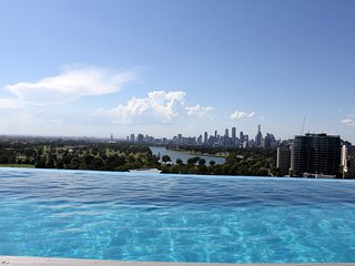 *Luxury in heart of StKilda - City views, WIFI & ROOFTOP POOL **, St Kilda