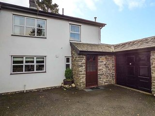 HOLLY FARM COTTAGE, multi-fuel stove, lawned garden with patio, fantastic walks nearby, Llandrindod Wells, Ref 917219