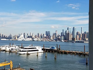 Breathtaking Manhattan New York City Skyline Views on the Hudson River, Weehawken