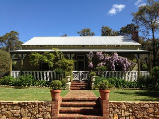 Unique Historic Australiana Country Cottage, Mundaring