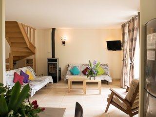 Le salon du gîte des mûres avec sa télévision et le poele à bois. Chauffage au sol également.