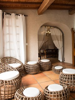 Le petit salon d'été qui donne par une porte fermant à clef dans l'espace de la piscine.