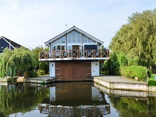 The Tree House. Holiday Cottage, Horning. Beautiful views of the River Bure