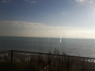 Beach Front Apartment with panoramic sea views, Aldwick
