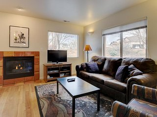 Dog-friendly condo on fairway w/ shared seasonal pool - close to parks!, Moab