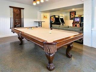 Pool,7/6 pool table,arcade,hot tub,sleeps 34