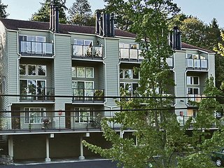 Chic & Cozy in Affluent Community, Mercer Island