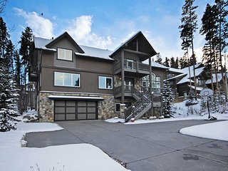 Large Private Home on Peak 8-Close to Slopes-Hot Tub, Pool Table, 3 Fireplaces