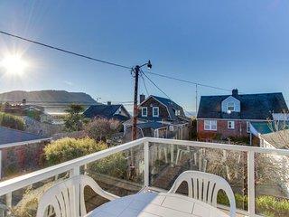 Walk to everything! Ocean views, fireplace, & spacious deck, Seaside
