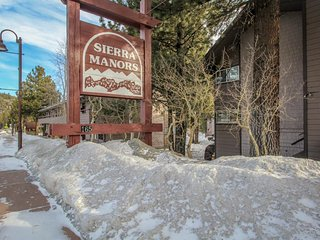 Cozy, two-story condo w/ shared seasonal pool, hot tubs - close to skiing