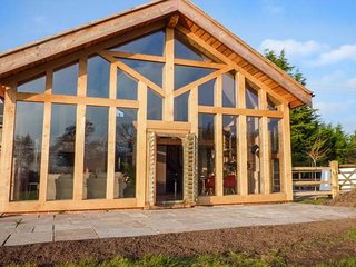 THE TRACTOR SHED, luxurious barn conversion, woodburning stove, countryside views, WiFi, Weston-under-Redcastle, Ref 929789