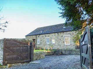 BURNS COTTAGE, spacious detached cottage, on-site hotel facilities, sauna, pool