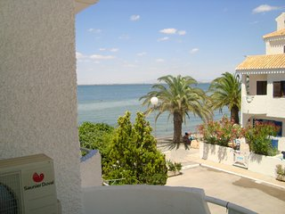 Sea view family townhouse, close to the sea, free wifi, patio