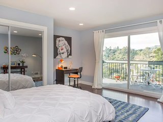 Eat, Sleep, Relax! Tranquil, Private 2-Bedroom Hilltop Retreat, Los Angeles
