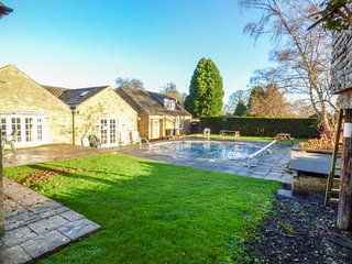 BURNS COTTAGE, spacious detached cottage, on-site hotel facilities, sauna, pool table, Greta Bridge near Barnard Castle, Ref 943830