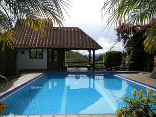 Bonita Finca/ Beautiful Guatape Finca/ Lakehouse with Pool/ Piscina / Jacuzzi