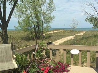 5 Bedroom Dog Friendly Beachfront Cottage with Hot Tub and Lake Views, Michigan City