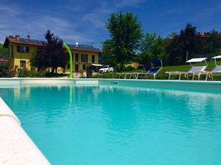 Monolocale vista piscina Vergne Barolo La Morra