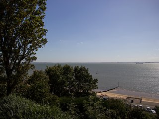 Luxurious - Lush 2 bed Flat by the Beach - Theatre, Westcliff-on-Sea