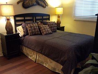 Queen guest room - beautiful new hard wood fooring!