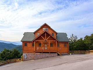 This luxurious six bedroom Tennessee lodge that comfortably sleeps 18., Sevierville