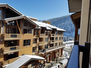 Ski In/Out Squaw Village Top Floor 1 Bedroom Condo, Full Kitchen Hot Tub & Sauna, Squaw Valley
