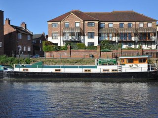 Luxury Residential Houseboat a stones throw from York city center.