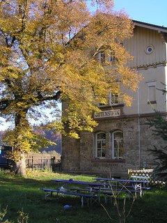 Historischer Bahnhof mit der alten Linde