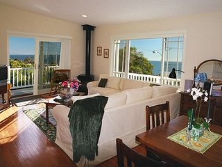 Jasmine Cottage - Walk to the beach and shops!, Summerland
