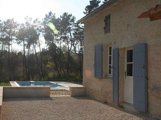 Maison de caractère en pierre avec piscine privée dans un cadre de verdure