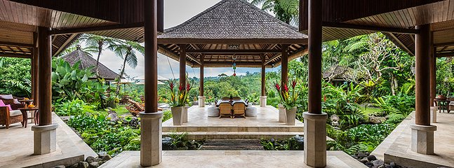 Informal eating area overlooking the pool and mountains